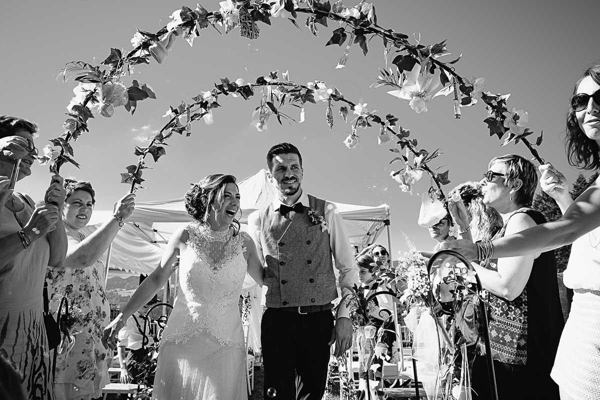 sortie de cérémonie laïque pour les jeunes mariés-photographe-mariage-alsace