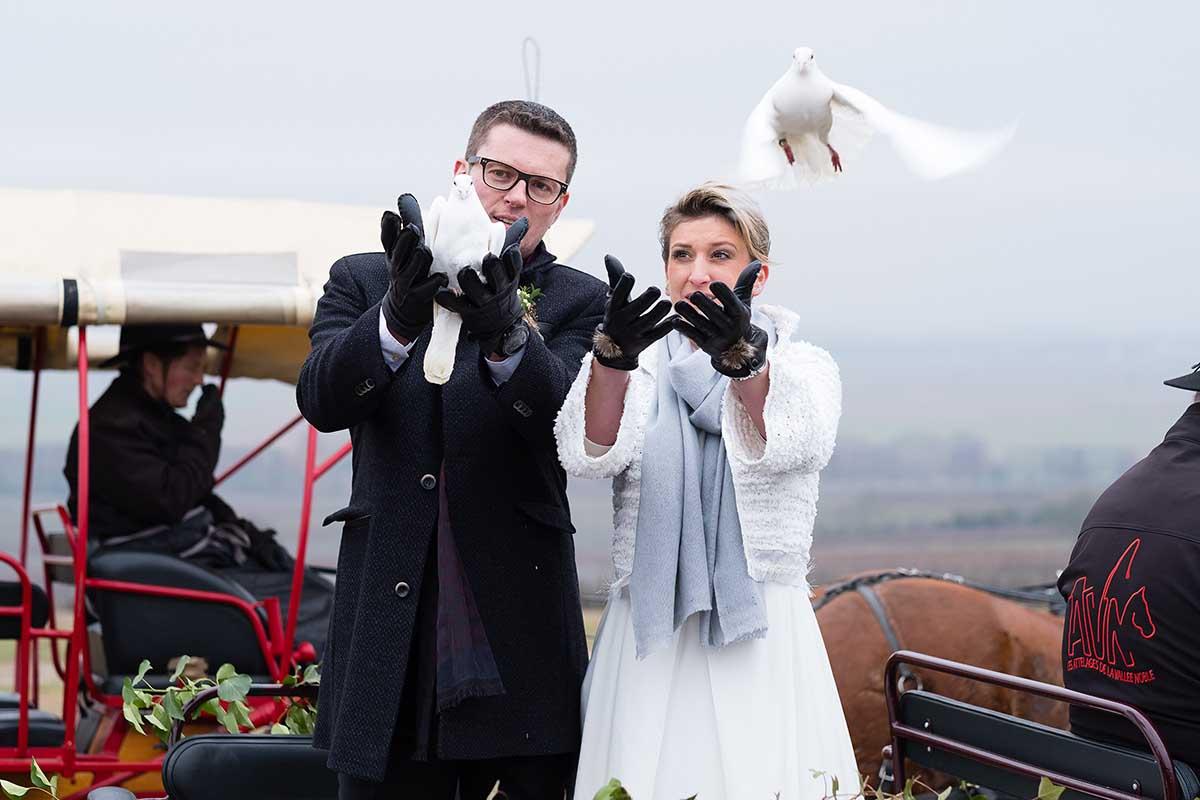 lâcher de colombe lors de la cérémonie laïque-photographe-mariage-alsace