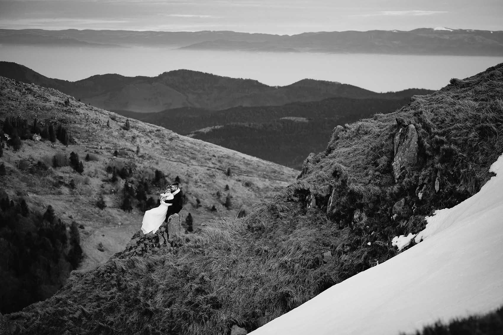 Un couple mariés et enlacés sur un rocher des crêtes vosgiennes