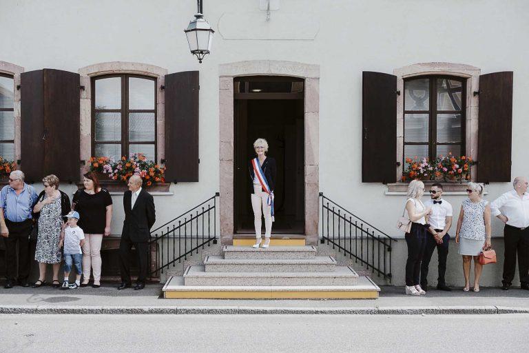 Madame le maire attend les mariés-photographe-mariage-alsace