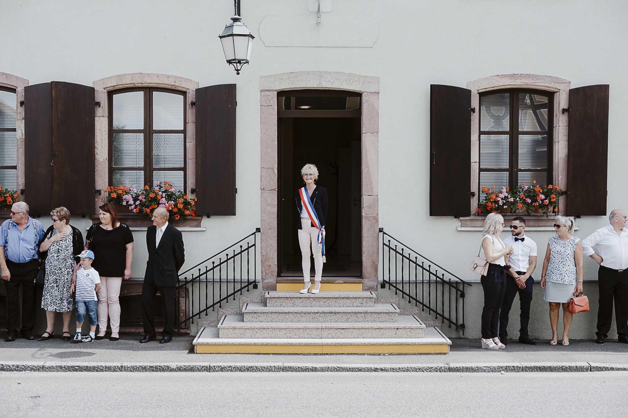 Madame le maire attend les mariés