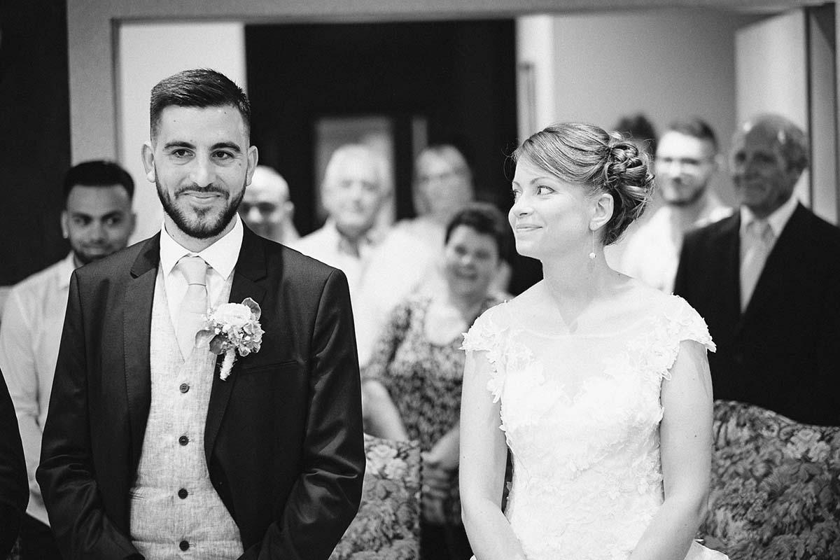 regard malicieux entre la mariée et son époux-photographe-mariage-alsace