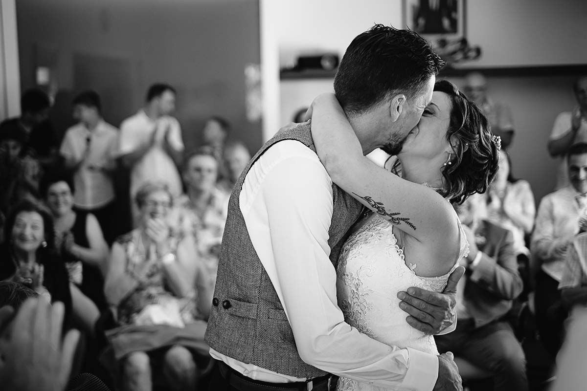 baiser fougueux des jeunes marié après avoir échangé leurs consentement devant le maire-photographe-mariage-alsace
