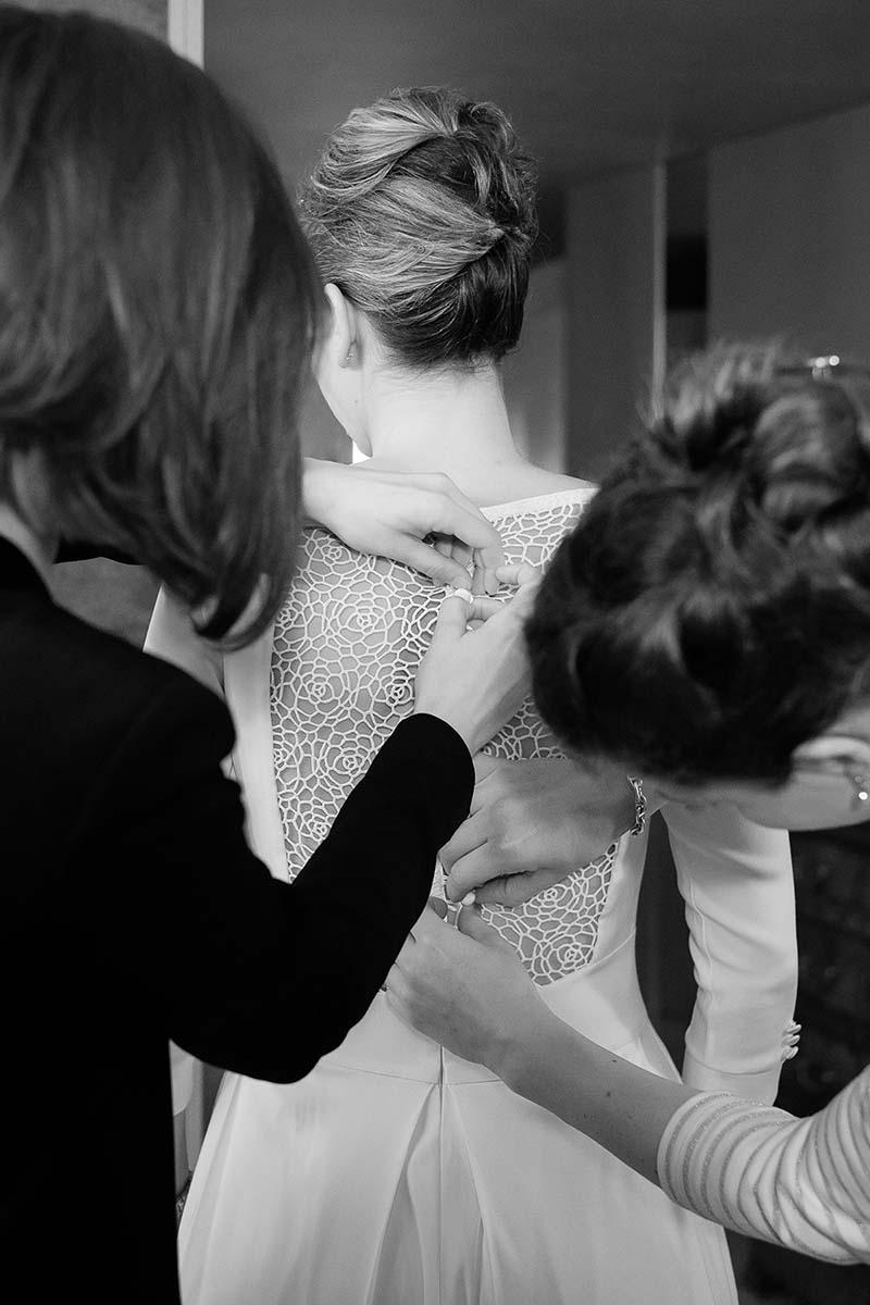 Boutonnage de robe de mariée-photographe-mariage-alsace