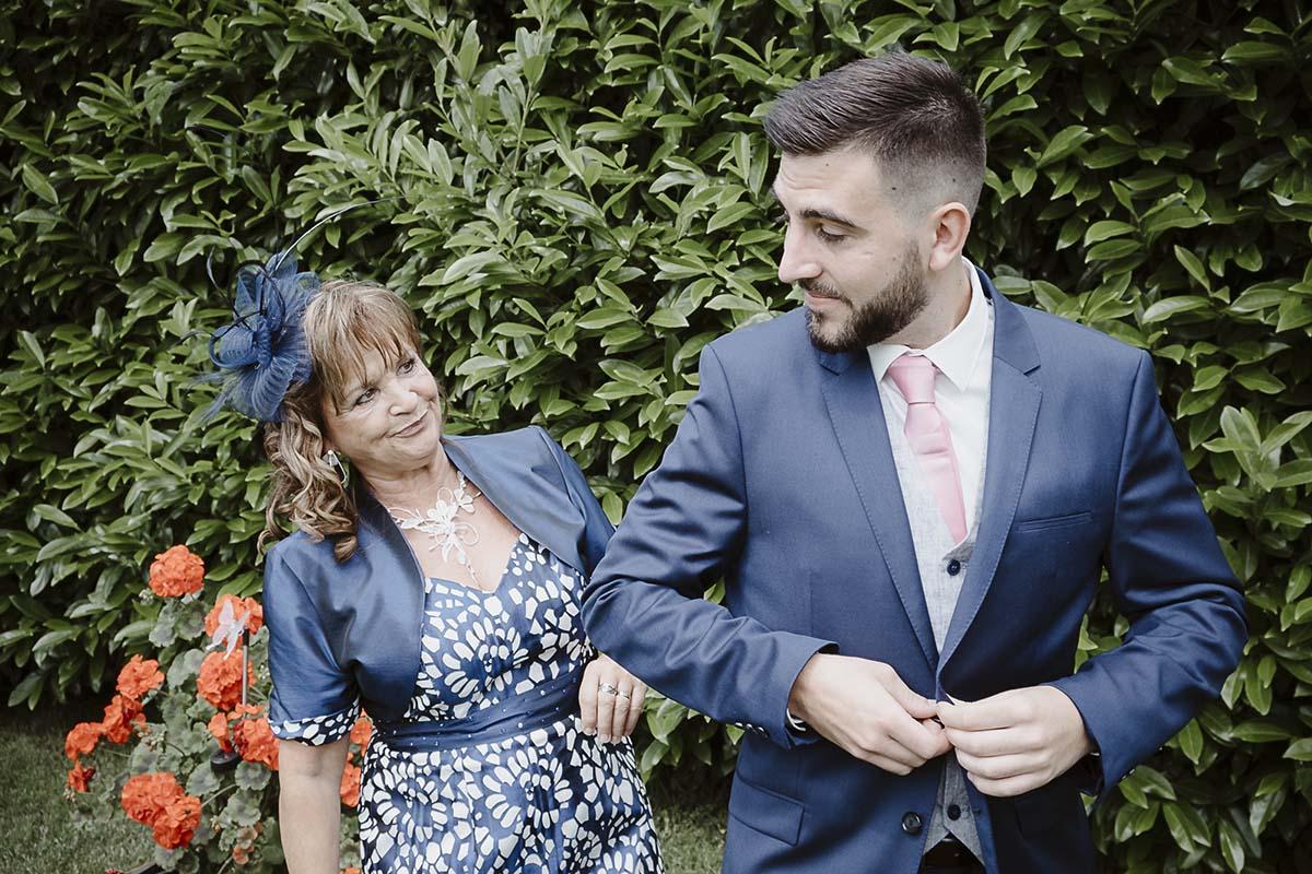Le marié et sa mère lors des préparatifs-photographe-mariage-alsace