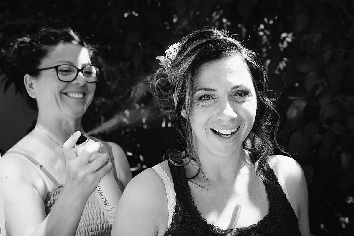 La mariée termine de se faire coiffer lors des préparatifs du mariage-photographe-mariage-alsace