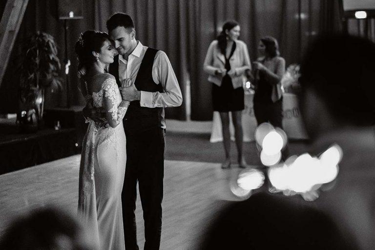 Ouverture de bal sous la lumière des feux de bengale à l'Ecomusée d'Alsacephotographe-mariage-alsace