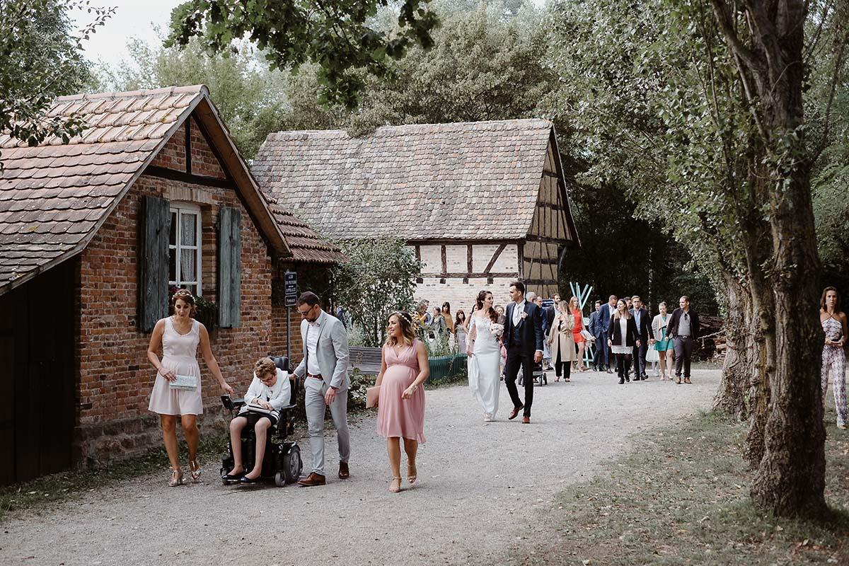 Déambulation des mariés dans le parc de l'écomusée d'Alsace.-photographe-mariage-alsace