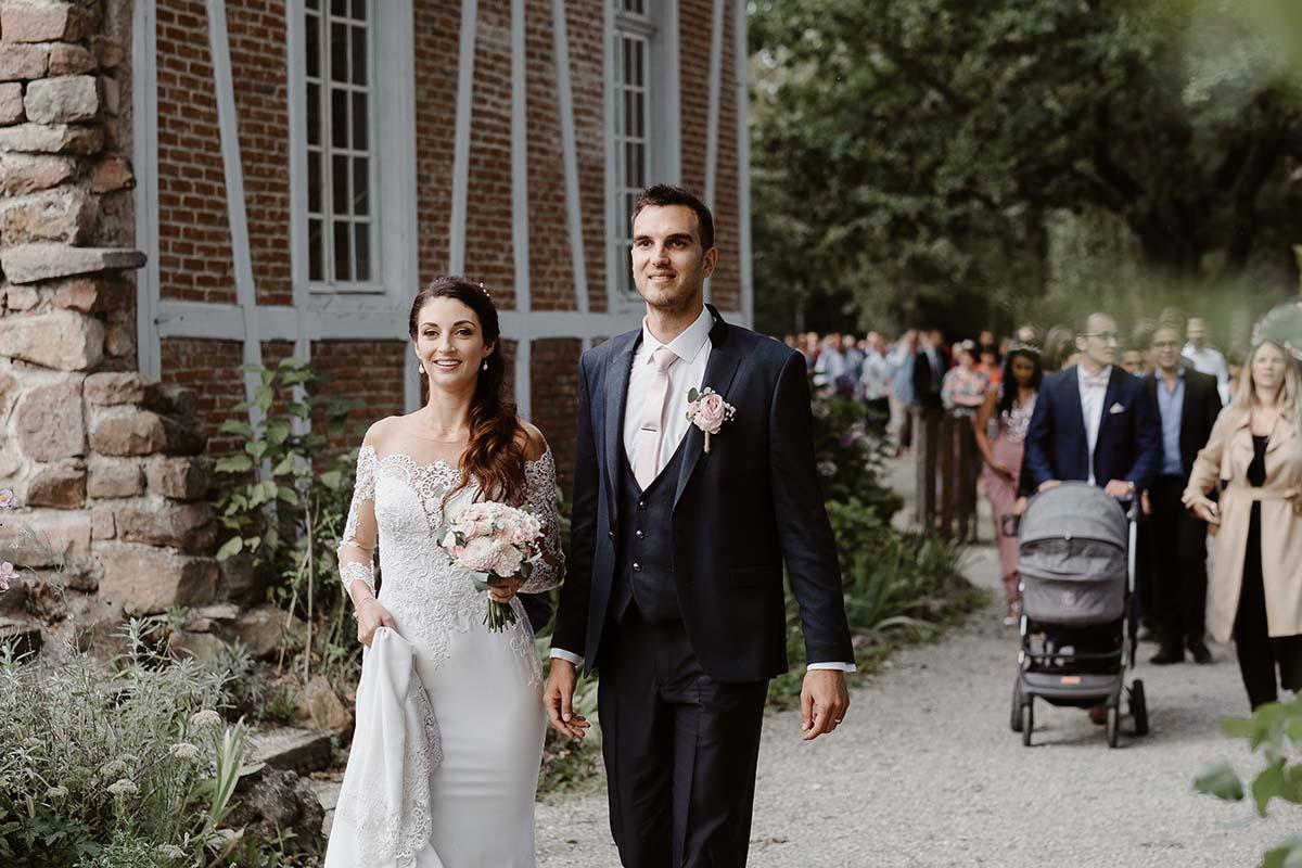 Déambulation des mariés dans le parc de l'écomusée d'Alsace-photographe-mariage-alsace