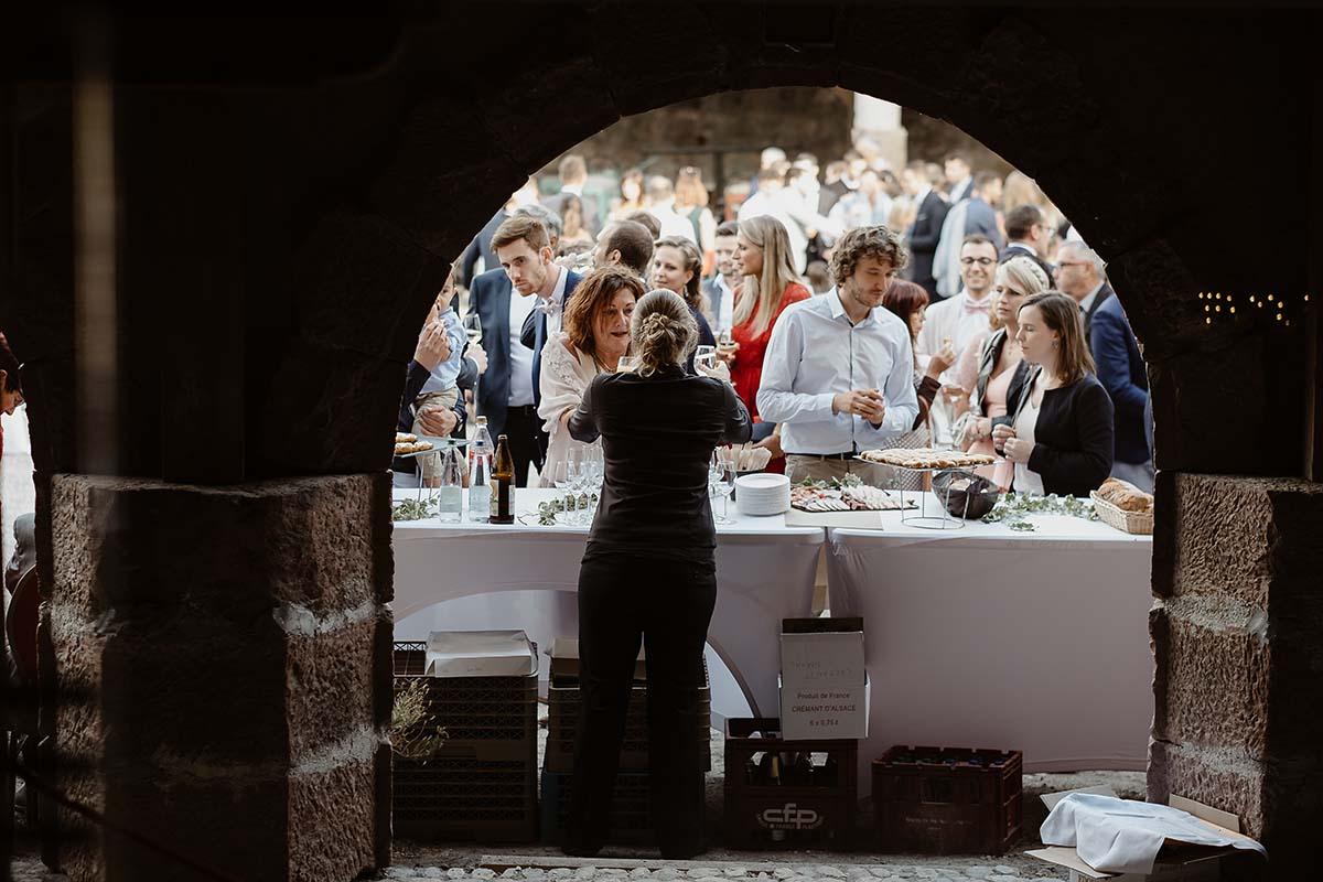 Vin d'honneur sous les arches de la place de l'eden à l'écomusée d'Alsace-photographe-mariage-alsace
