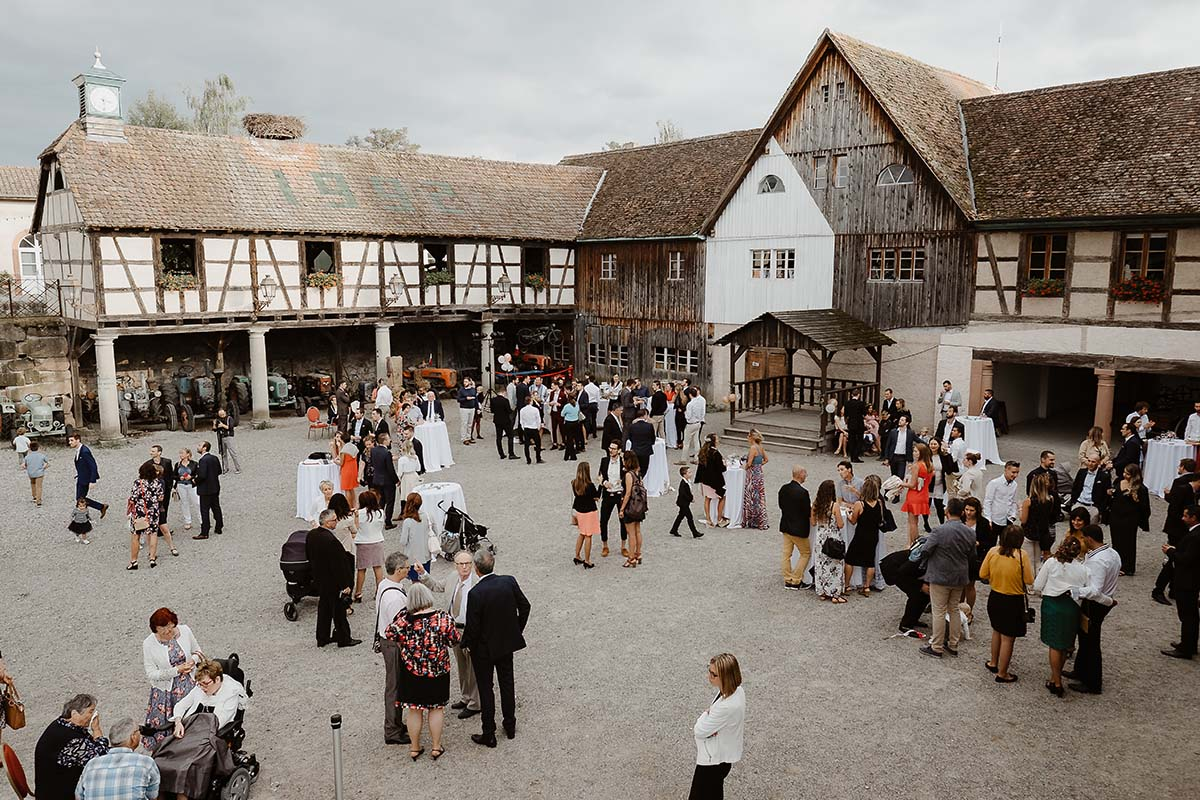 Vin d'honneur surr la place de l'eden à l'écomusée d'Alsace-photographe-mariage-alsace