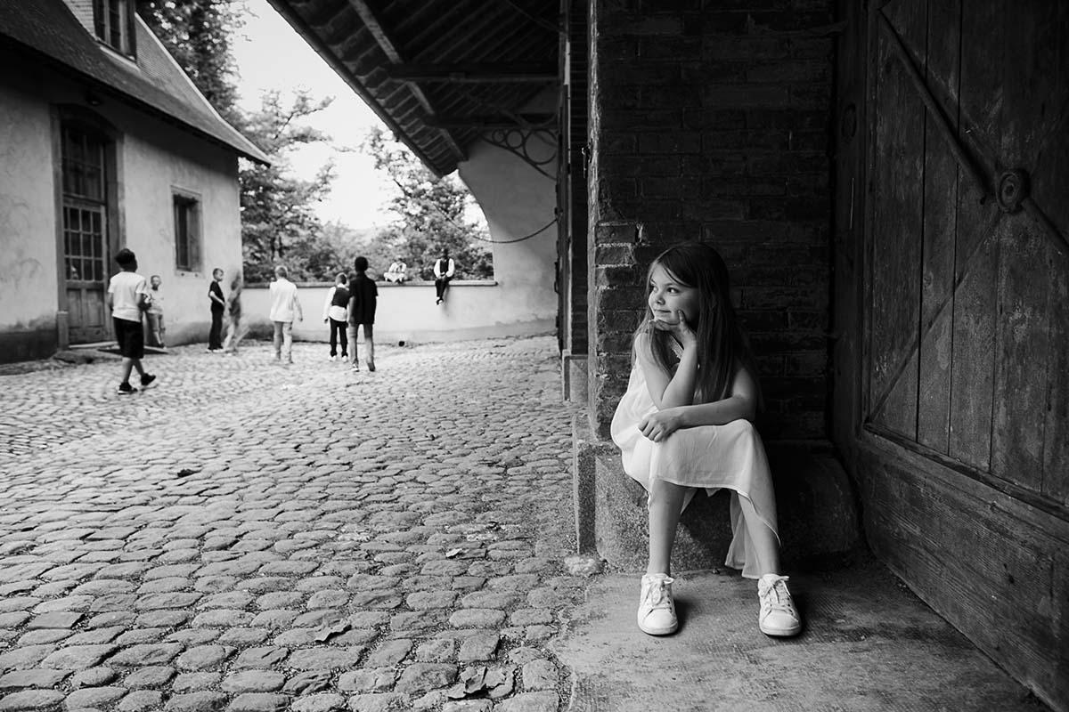 portrait volé durant le vin d'honneur au parc de Wesserling-photographe-mariage-alsace