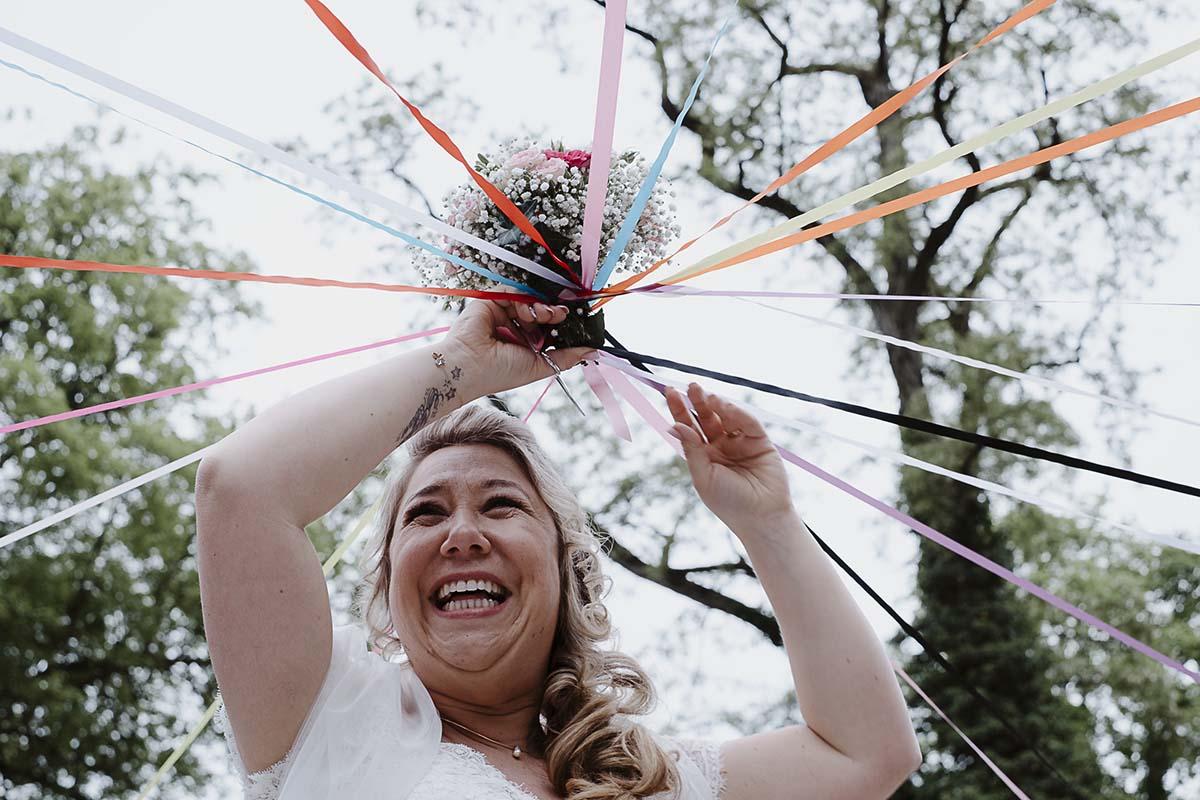 le jeu du ruban remplace le lancer de bouquet depuis quelques temps-photographe-mariage-alsace