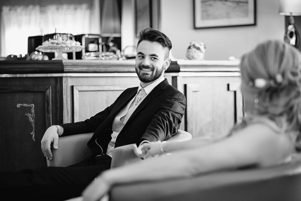 Le marié regarde sa promise avec envie-photographe-mariage-alsace