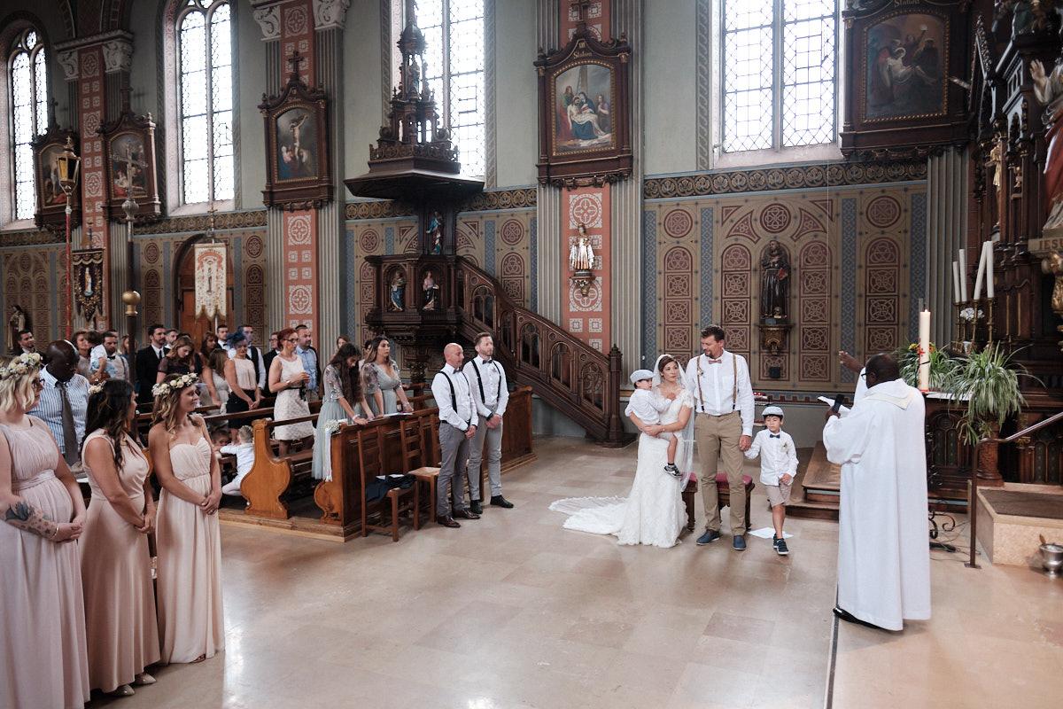 Lauryne et Pierre-Jean sortie intérieur église de Niederhergheim-photographe-mariage-alsace