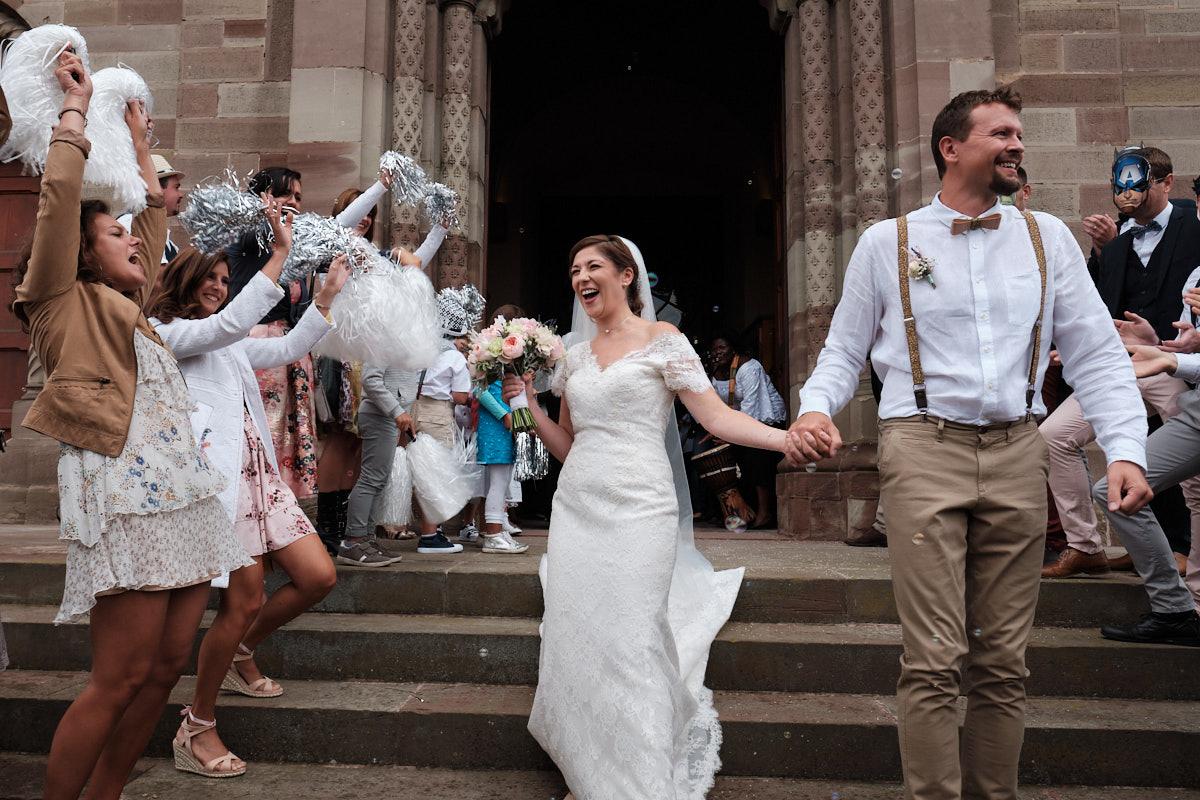 Lauryne et Pierre-Jean sortie d'église festive-photographe-mariage-alsace
