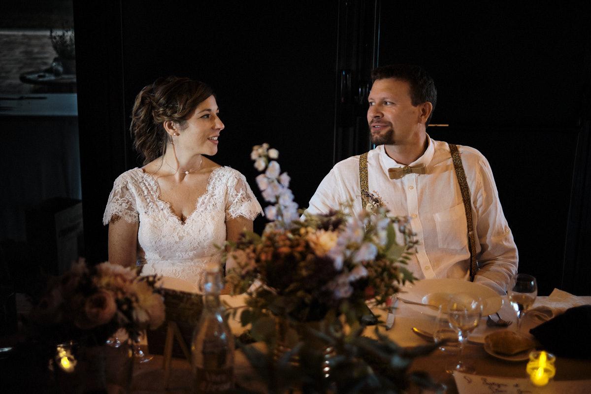 Lauryne et Pierre-Jean à table-photographe-mariage-alsace