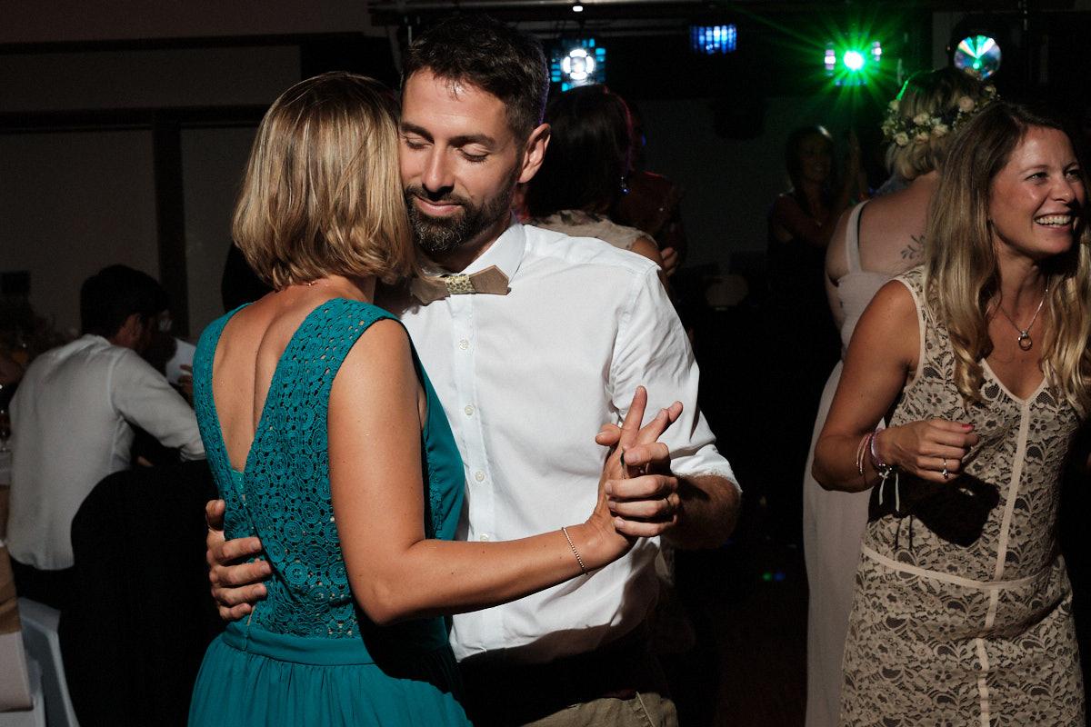 Ça chauffe sur la piste de danse-photographe-mariage-alsace