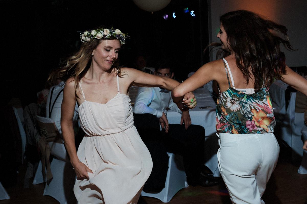 Danse des invités durant la soirée-photographe-mariage-alsace