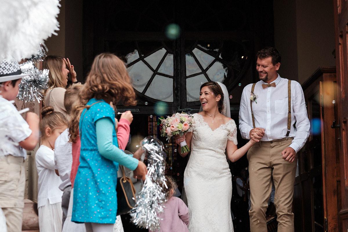 Lauryne et Pierre-Jean sortie d'église-photographe-mariage-alsace