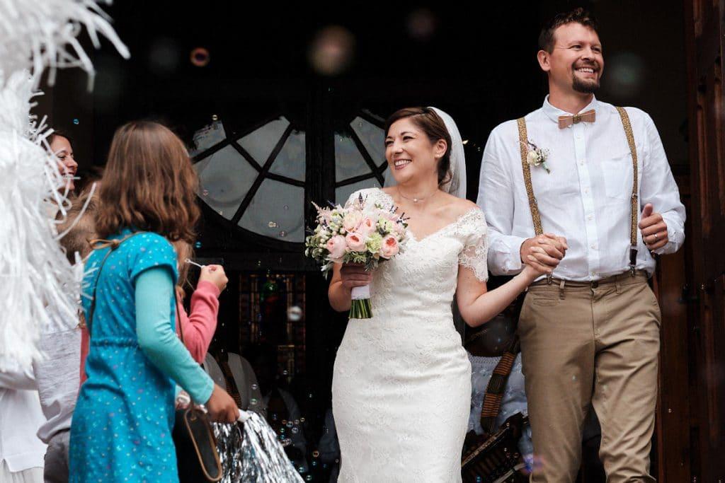 Sortie de l'église pour les jeunes mariés-photographe-mariage-alsace